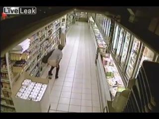 В г.Ярцево Женщину сняла скрытая камера